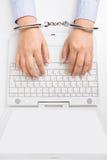De vrouwen dient handcuffs in royalty-vrije stock afbeeldingen