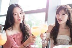 De vrouwen dineren in restaurant Stock Fotografie
