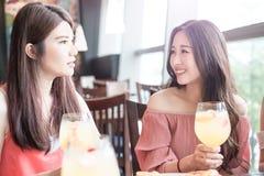 De vrouwen dineren in restaurant Royalty-vrije Stock Afbeeldingen