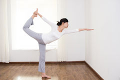 De vrouwen doen yoga Stock Afbeelding