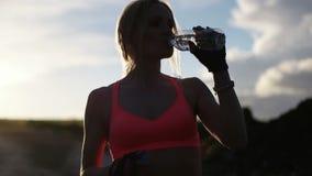 De vrouwen drinkwater van de geschiktheid stock video