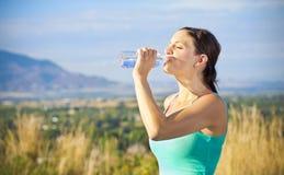 De vrouwen drinkwater van de geschiktheid na training stock afbeelding