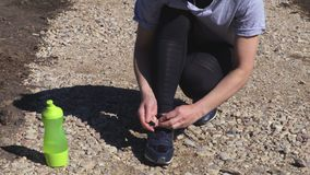 De vrouwen elimineren tennisschoen op weg stock videobeelden