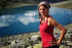 De vrouwen en het meer van de wandelaar Royalty-vrije Stock Fotografie