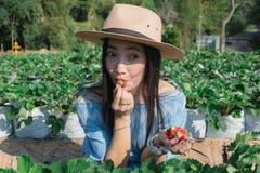 De vrouwen eten aardbeien de fruitlandbouwer royalty-vrije stock afbeelding
