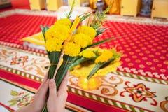 De vrouwen gebruiken kaarsen, bloemen, wierook, bidden voor priesters Stock Afbeeldingen