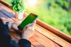 De vrouwen gebruiken mobiel en raken smartphone voor Mededeling en het controleren op het groene scherm royalty-vrije stock foto