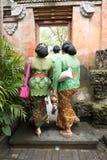 De vrouwen gekleed in traditionele kleren in Ubud treffen voor de Koninklijke Familiebegrafenis voorbereidingen - 27 Februari 201 Royalty-vrije Stock Afbeelding