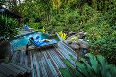 De vrouwen genieten van de ontspannen openluchtlevensstijl van luxe en droomse stock foto