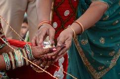 De vrouwen geven een Staalkoe aan Haar Zonenbruid voor het Indische Huwelijk Retuals van Perfoming Royalty-vrije Stock Foto