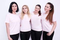 De vrouwen groeperen zich in witte t-shirts stock fotografie
