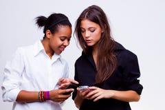 De vrouwen houdt mobiele telefoons Stock Afbeelding