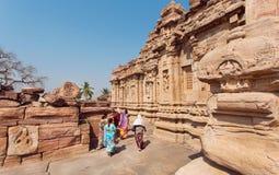 De vrouwen in Indische Sari kleedt het lopen rond architectuuroriëntatiepunt in Pattadakal, India De Plaats van de Erfenis van de Royalty-vrije Stock Fotografie