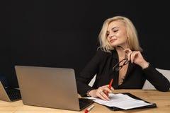 De vrouwen intelligente leidende directeur van het bedrijfsdame mooie blonde royalty-vrije stock afbeeldingen