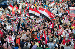 De vrouwen in Islamitische kleding protesteren tegen President Morsi Stock Afbeeldingen