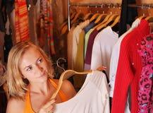 De vrouwen kiest kleren royalty-vrije stock afbeelding