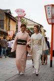 De vrouwen in kimono kleden zich Stock Afbeelding
