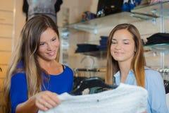 De vrouwen in kledingstuk slaan op stock fotografie