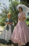 De vrouwen kleedden zich in de kostuums van het periodestuk van het Oude Zuiden, Charleston, Sc stock afbeeldingen