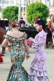De vrouwen kleedden zich in traditionele kostuums in April Fair van Sevilla op April Royalty-vrije Stock Afbeeldingen