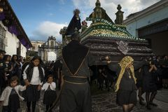 De vrouwen kleedden zich in zwart dragend een reuzevlotter in een straat van de oude stad van Antigua tijdens een optocht van de  Royalty-vrije Stock Fotografie