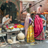 De vrouwen kopen kleurrijke slingers bij Royalty-vrije Stock Afbeeldingen