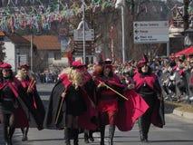 De vrouwen in kostuums voor de lente paraderen stock foto