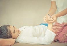 De vrouwen krijgt handmassage door Thaise massage Stock Foto