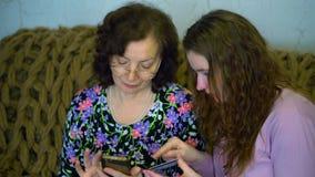 De vrouwen leiden bankwezentransacties op een plastic kaart stock videobeelden