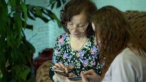 De vrouwen leiden bankwezentransacties op een plastic kaart stock video
