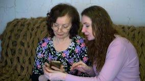 De vrouwen leiden bankwezentransacties op een plastic kaart stock footage