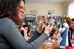 De vrouwen leren om met de hand gemaakte zachte speelgoed en herinneringen te maken Royalty-vrije Stock Afbeeldingen