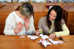 De vrouwen leren om met de hand gemaakte zachte speelgoed en herinneringen te maken Stock Foto