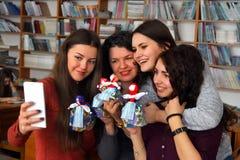 De vrouwen leren om met de hand gemaakte zachte speelgoed en herinneringen te maken Stock Afbeeldingen