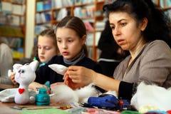 De vrouwen leren om met de hand gemaakte zachte speelgoed en herinneringen te maken Stock Afbeelding
