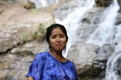De vrouwen maken grappige gezichten en erachter is de waterval royalty-vrije stock foto's