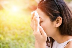 De vrouwen maken zweet op haar gezicht voor schoon huidgezicht schoon royalty-vrije stock afbeelding