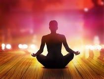 De vrouwen mediteren bij nacht en purpere stralen van licht in de stad Royalty-vrije Stock Afbeelding