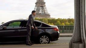 De vrouwen met een koffer gaat naast de Toren van Eiffel stock videobeelden