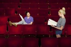 De vrouwen met Manuscripten bij Theater blokkeren  stock foto's