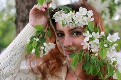 De vrouwen met takappel bloeien Stock Afbeeldingen