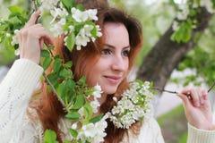De vrouwen met takappel bloeien Stock Foto's