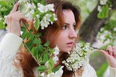 De vrouwen met takappel bloeien Royalty-vrije Stock Foto's