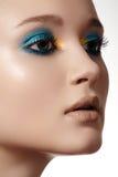 De vrouwen modelgezicht van de luxe met heldere maniersamenstelling, schone huid Stock Afbeeldingen