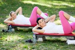 De vrouwen oefenen in park uit Stock Fotografie