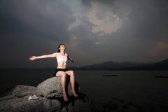 De vrouwen ontspannen op rots Stock Fotografie