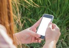 De vrouwen overhandigen het gebruiken van slimme telefoon Royalty-vrije Stock Afbeelding