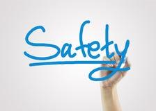 De vrouwen overhandigen het schrijven veiligheid op grijze achtergrond voor zaken strate Stock Afbeelding