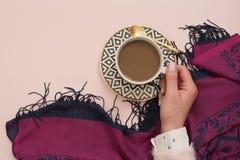De vrouwen overhandigen holdingskoffie Latte in een witte, zwarte en gouden koffiekop Vrouwelijk werkplaatsconcept Freelance comf Stock Afbeelding