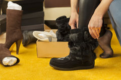 De vrouwen passen op laarzen Royalty-vrije Stock Foto's